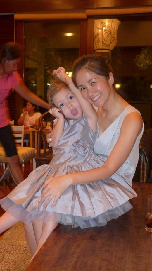 Hình ảnh mẹ Hồng Nhung đăng tải trên trang cá nhân vui vẻ đón sinh nhật bên các con và mong 'các bé lớn chầm chậm thôi'. - Tin sao Viet - Tin tuc sao Viet - Scandal sao Viet - Tin tuc cua Sao - Tin cua Sao