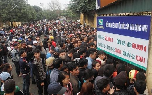 Đến 15h, dãy người hâm mộ cảm thấy sốt ruột khi không thấy ban tổ chức bán vé trận SLNA - HAGL như thông báo.
