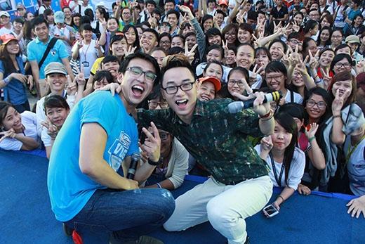 Cùng chụp hình với các bạn sinh viên và VJ Quang Bảo