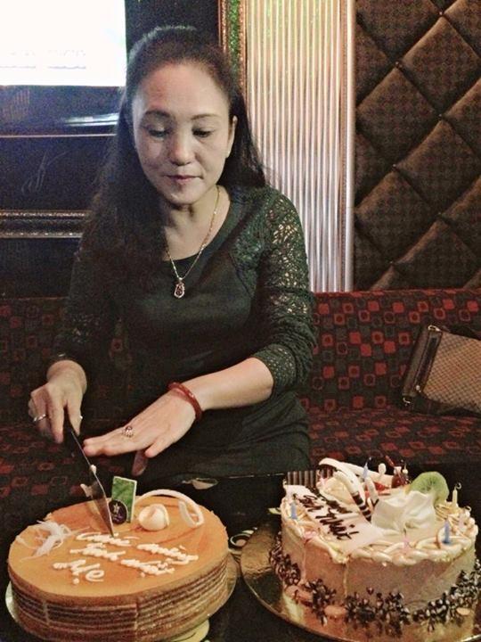 Cách đây không lâu, nhân ngày sinh nhật của mẹ, Bê Trần đã đăng tải một bức ảnh mẹ đang cắt bánh trong buổi tiệc. Dung nhan xinh đẹp, quý phái của mẹ Bê Trần nhận được rất nhiều lời khen ngợi của các fan và bạn bè. Nhiều đã nói nhận xét Bê Trần điển trai như vậy là do thừa hưởng nét đẹp từ mẹ.