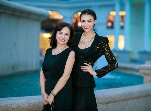 """Có thể bầu chọn Hồng Quế và mẹ là cặp đôi """"mẹ đẹp, con xinh"""" nổi bật nhất trong làng hot girl Việt. Cả hai mẹ con đều sở hữu nét đẹp lai ấn tượng và cuốn hút người đối diện. Chưa kể, mẹ của Hồng Quế cũng chứng tỏ sở hữu một gu thời trang đơn giản nhưng sang trọng, quý phái."""