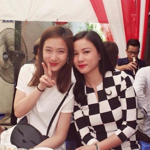 Mẹ của hot girl mặt mộc Trâm Anh cũng nhận được nhiều lời khen xinh đẹp và sắc sảo, cùng với gu thời trang rất tinh tế.