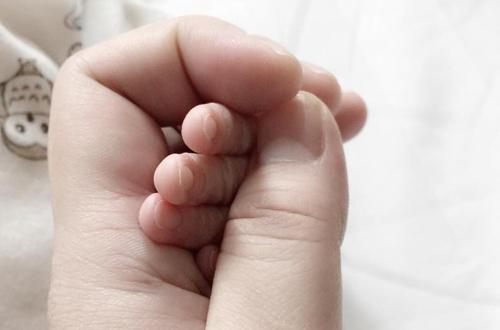 Nữ ca sĩ chỉ chụp hình ảnh bàn tay của con để thông báo với bạn bè việc sinh con. - Tin sao Viet - Tin tuc sao Viet - Scandal sao Viet - Tin tuc cua Sao - Tin cua Sao