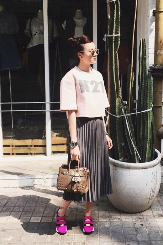 Trước Kha Mỹ Vân, Yến Nhi sở hữu mốt váy xếp ly từ khá lâu. Cô mix & match trang phục ngẫu hứng cùng áo thun crop-top và giày bata thoải mái khi dạo phố cuối tuần.