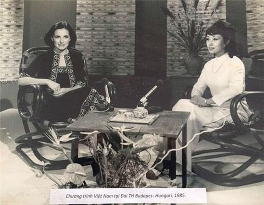 Kim Tiến (bên phải) thuộc thế hệ biên tập viên truyền hình đầu tiên của nhà đài. Bà để lại dấu ấn đậm nét trong lòng nhiều thế hệ khán giả bằng giọng nói ngọt ngào, truyền cảm. Ngoài ra, nghệ sĩ Kim Tiến sở hữu vẻ ngoài ưa nhìn với những đường nét thanh tú. - Tin sao Viet - Tin tuc sao Viet - Scandal sao Viet - Tin tuc cua Sao - Tin cua Sao