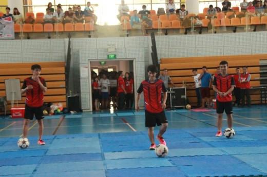 Sự góp mặt của nhóm tâng bóng nghệ thuật Saigon team đã làm nức lòng bao nhiêu khán giả đam mê trái bóng tròn.
