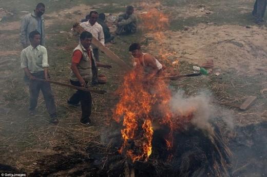 Nhiều người dân đã bắt đầu hỏa thiêu những nạn nhận xấu số tại thung lũng Kathmandu.