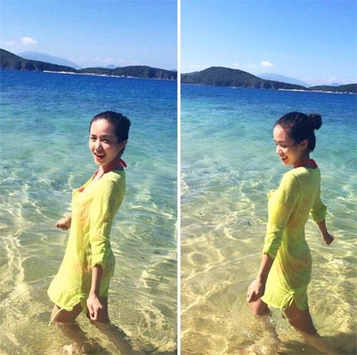 Phương Ly trẻ trung và căng tràn sức sống khi đi biển. Nếu bạn không tự tin về cơ thể, nên chọn áo tắm tối màu cùng váy mỏng bên ngoài sẽ tạo diện mạo điệu đà và thời trang.