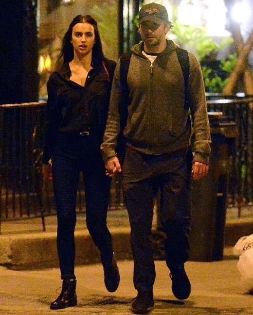 Cách đây ít ngày, giới truyền thông rộ lên tin đồn Irina Shayk đang hẹn hò chàng diễn viên đẹp trai Bradley Cooper khi hai người cùng nhau đi xem kịch ở nhà hát Broadway, New York. Hôm qua, nhiều tờ báo đồng loạt đăng tải những hình ảnh mới cho thấy tình yêu này là hoàn toàn có thật.