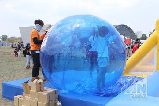 Sau khi tham gia xong các trò chơi thì bạn sẽ được cho vào một quả bóng khổng lồ nhiều màu sắc để sấy khô như thế này đây.