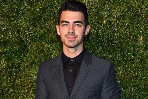 """Joe Jonas trong bài phỏng vấn với Vulture đã tiết lộ: """"Tôi mất """"gin"""" khi tôi 20 tuổi. Tôi đã từng làm một số chuyện khác trước đó nhưng thật sự """"quan hệ"""" vào năm 20 tuổi. Tôi mừng vì tôi đã đợi đúng người, bởi vì khi bạn nhìn lại và bạn nghĩ rằng 'Con nhỏ đó đúng là điên cuồng'. Tôi mừng vì tôi không gặp phải chuyện đó""""."""