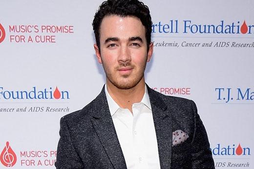 """Khác với em trai mình, Kevin Jonas lại có quan điểm hoàn toàn trái ngược. """"Thành thật mà nói về chuyện này, quan hệ tình dục không đáng để chờ đợi"""", anh chàng chia sẻ với tờ Huffington Post chỉ vài ngày sau lễ thành hôn của mình, """"sau khi chúng tôi làm chuyện đó, tôi đã kiểu như, vậy thôi đó hả?""""."""