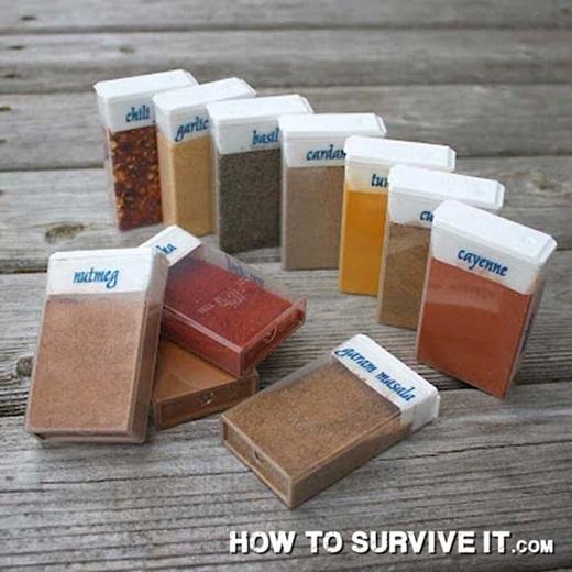 Kiếm những chiếc hộp nhỏ để đựng gia vị, phòng trường hợp bạn không thể tìm thấy muối hay đường trong các bữa ăn khicắm trạingoài trời của mình.