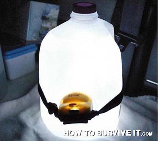 Buộc hoặc cố định đèn pha vào bình nước nhựa để có một chiếc đèn lồng siêu sáng.