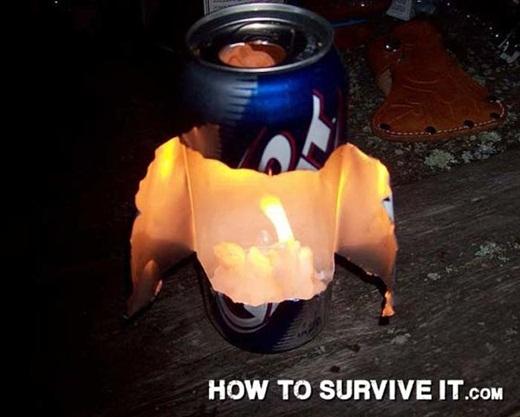 Bạn có thể tự tạo ra một chiếc đèn lồng bằng cách cắt vỏ lon bia hoặc nước ngọt, sau đó để nến vào bên trong. Phần vỏ chai sẽ giúp phản chiếu ánh sáng.
