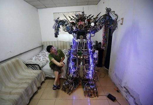 Bạn có ngạc nhiên khi con robot này được hoàn thành từ một đống phế liệu có giá 49 USD. Con robot có thể điều khiển từ xa này do nhà sáng chế nghiệp dư Tao Xiangli tạo nên.