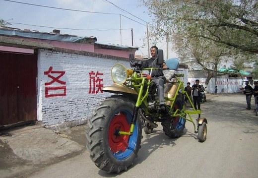"""Chiếc xe """"khủng"""" này có chiều cao 2,3 mét, nặng 272 kg, được tạo bởi Abulajon. Tốc độ của nó cao nhất là 40 km/h."""