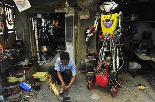 """Robot này có """"thành phần"""" là các vật liệu từ xe đạp điện và xe máy."""