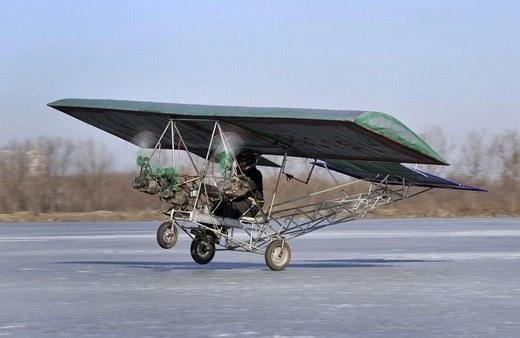 Một chiếc máy bay tự chế khác được tạo ra bởi một thợ cơ khí có tên Ding Shilu ở tỉnh Liêu Ninh.