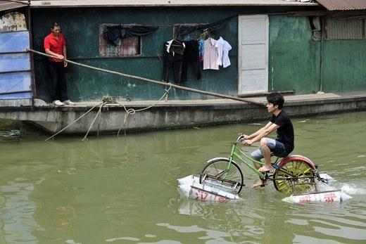 Thêm một chiếc xe đạp có thể di chuyển dưới nước ở tỉnh Hồ Bắc. Người tạo ra nó là anh Lei Zhiqian.