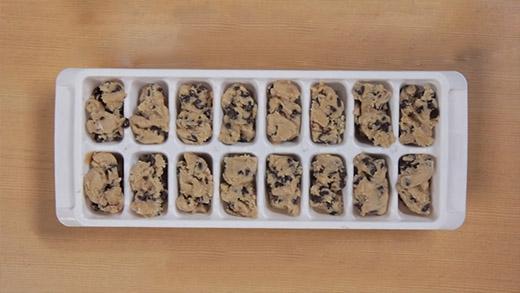 Bột bánh quy còn thừa không biết để làm gì ư? Khay đá sẽ giúp bạn!