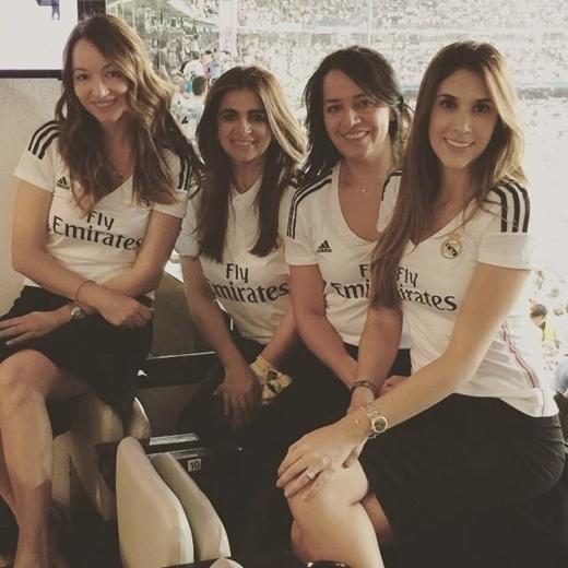 Daniella cho các nhân viên Spa do cô làm chủ mặc đồng phục áo đấu Real như để cổ vũ cho chồng và đội bóng Hoàng gia Tây Ban Nha.