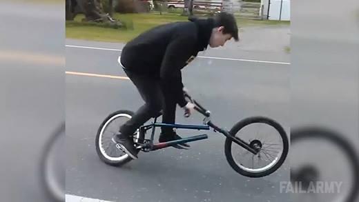 Đang diễn hăng thì... xe đạp gãy sườn