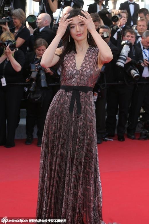 Jun Ji Hyun giản dị trên thảm đỏ