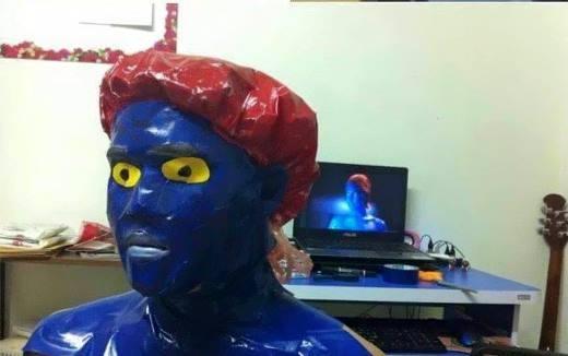 Với băng dính xanh, 1 cái mũ trùm đầu là bạn đã có thể trở thành cô nàngMystiquetrong bộ phimX-men.