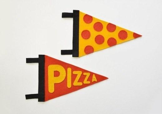 Ai là 'fan cứng' của pizza thì mau 'bơi' vào đây nào! Với một ít vải nỉ cắt hình tròn và tam giác, bạn đã có thể 'cho ra lò' hai miếng bánh pizza ngộ nghĩnh rồi.