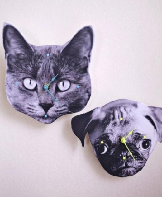 Nếu như khi đi làm, bạn thường hay nhung nhớ thú cưng của mình ở nhà thì mau mau làm một chiếc đồng hồ có hình khuôn mặt của bé ấy đi nào! Bạn chỉ cần in ảnh của thú cưng ra một chiếc bìa cứng, gắn máy đồng hồ ở mặt sau rồi gắn kim, đánh dấu số giờ là hoành thành rồi nhé!