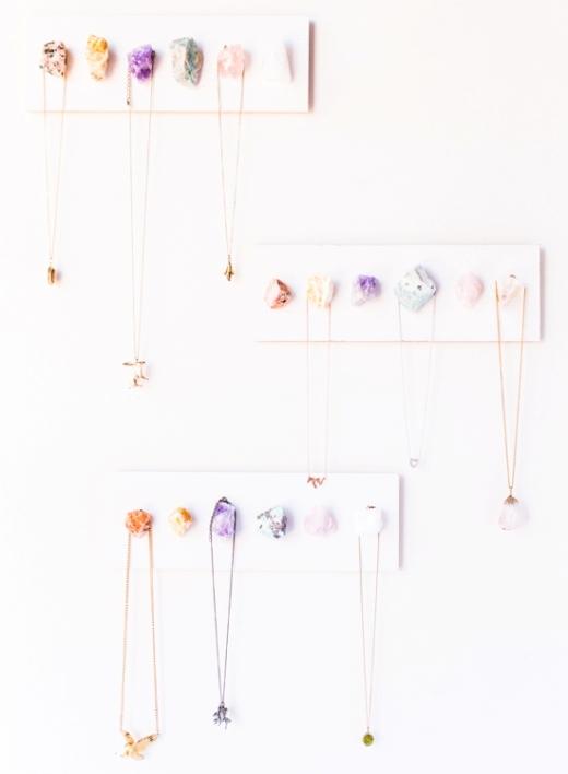 Một ý tưởng làm móc treo dây chuyền thật độc đáo từ những viên thủy tinh màu sắc. Hãy chọn một mảnh gỗ có kích thước vừa phải, tô phông nền có màu sắc mà bạn thích, gắn những viên thủy tinh lên bằng keo rồi gắn mảnh gỗ lên tường là xong!