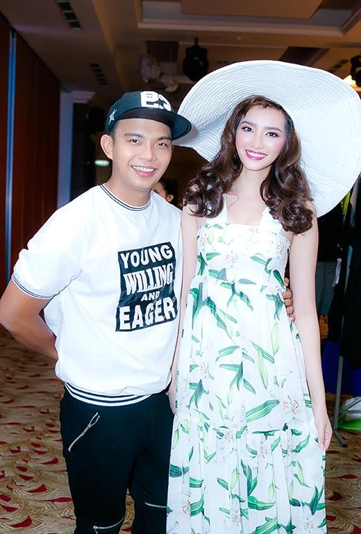 Đỗ Long thân thiết chụp ảnh cùng Trúc Diễm trong hậu trường của show diễn.
