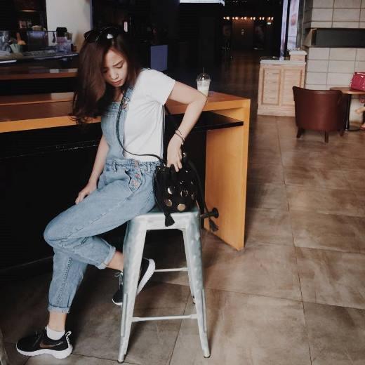 Salim diện quần jean yếm vô cùng cá tính và năng động.