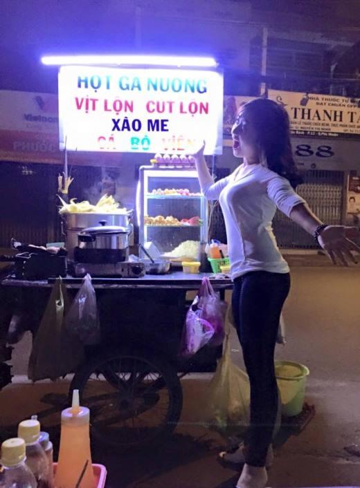 Quỳnh Giang tỏ ra vô cùng háo hức và vui mừng khi có dịp được vào Sài Gòn. Cô nàng nhí nhảnh tạo dáng đáng yêu bên quán đồ ăn vỉa hè tại Sài Gòn.