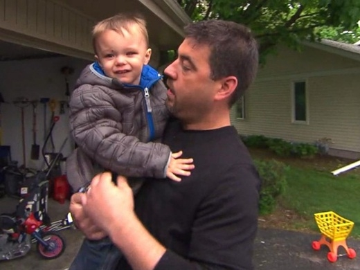 Ảnh chụp Avery sau khi đã được phẫu thuật loại bỏ khối u cùng với ba mình.