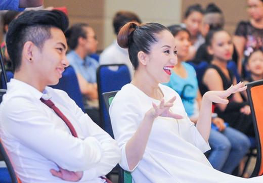 Biểu cảm phấn khích của Khánh Thi vì các thí sinh nhí quá giỏi và đáng yêu.