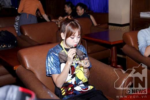 Biểu cảm đáng yêu của Hari Won khi đang ngồi uống nước - Tin sao Viet - Tin tuc sao Viet - Scandal sao Viet - Tin tuc cua Sao - Tin cua Sao