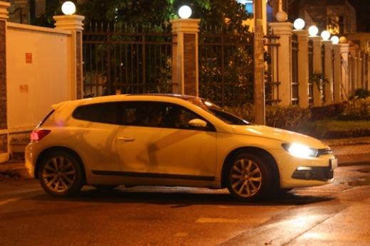 Hình ảnh chiếc xe tiền tỷ của Văn Mai Hương di chuyển giữa đêm. - Tin sao Viet - Tin tuc sao Viet - Scandal sao Viet - Tin tuc cua Sao - Tin cua Sao