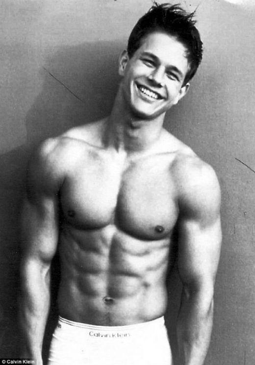 Nam diễn viên Mark Wahlberg đã từng đứng vị trí thứ nhất trong danh sách 40 Hottest Hotties những năm 90 của VH1. Wahlberg nổi tiếng với các vai diễn trong các phim như Four Brothers, The Departed, Invincible, Shooter, và The Fighter. Sở hữu nụ cười rạng rỡ và thân hình trong mơ, có thể dễ hàng hiểu được tại sao hàng triệu người hâm mộ sẵn sàng được 'chết' dưới tay anh.