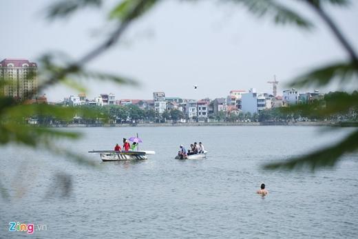 Buổi trình diễn đi bộ và ngồi lơ lửng trên mặt nước của ảo thuật gia trẻ Trần Đình Quý lúc 10h ngày 26/5 trên hồ Tây (Hà Nội). Ngoài nhân vật chính còn có sự trợ giúp của ê kíp khoảng 7 người.