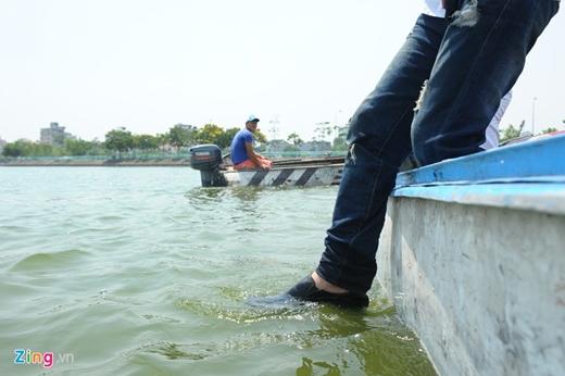 Trần Đình Quý ngồi lên thuyền ra xa cách bờ khoảng 100 m để thể hiện. Bước chân của anh cho thấy có vẻ như không có vật gì ở dưới mặt nước.