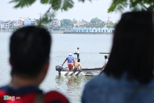 Có khoảng 30 người đứng trên bờ hồi hộp theo dõi Trần Đình Quý biểu diễn trong nắng nóng.i bị loại trước ngưỡng cửa bán kết.
