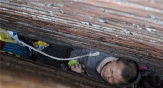 2 bé trai bị kẹt giữa khe hở của bức tường trước đó