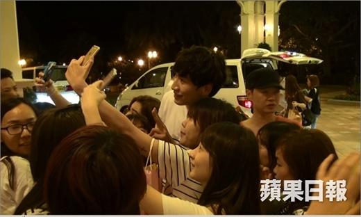 Hình ảnh các fan đu đeo theo Kwang Soo để chụp ảnh tự sướng