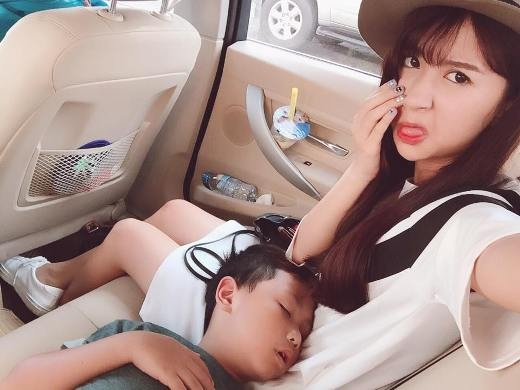 Mới đây, hot girl Quỳnh Anh Shyn đã đăng bức ảnh chụp cùng cậu em trai lên trang cá nhân. Bức ảnh nhận được rất nhiều bình luận và lượt yêu thích từ cộng đồng mạng bởi biểu cảm đáng yêu của cô nàng cùng với hình ảnh dễ thương của cậu em trai đang nằm ngủ trên chân của cô.