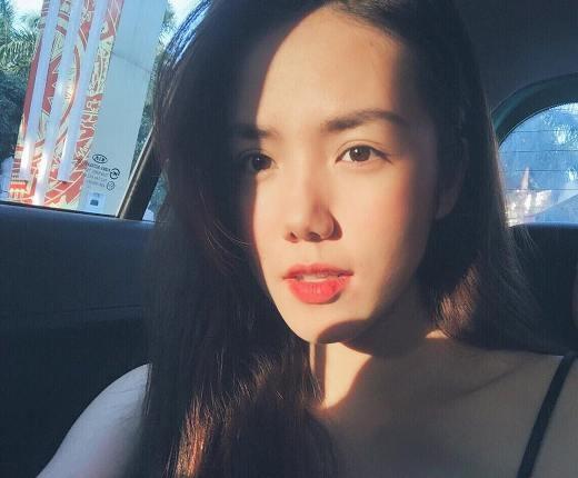 Mỗi bức hình cô nàng Phương Ly chia sẻ trên trang cá nhân đều nhận được hàng ngàn lượt yêu thích từ người hâm mộ. Với gương mặt xinh xắn, trang điểm nhẹ nhàng, cô nàng đăng trên trang cá nhân với dòng chia sẻ: 'Nắng rọi vào e. Be strong em.'