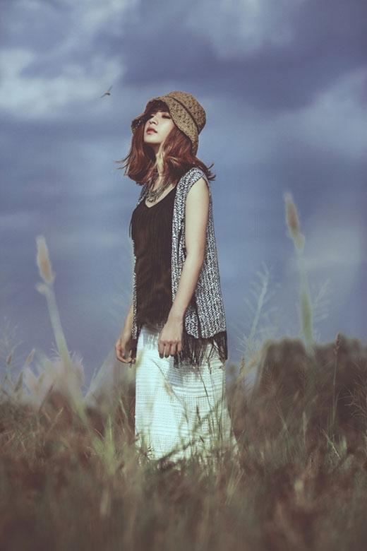 Chi Pu hóa thân thành cô gái du mục với trang phục tua rua theo xu hướng vintage.