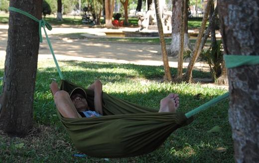 Những chiếc võng là điều không thể thiếu đối với nhiều người khi ra công viên nghỉ mát