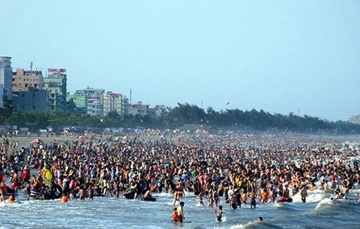 Nắng nóng khiến các bãi biễn, hồ bơi luôn rơi vào tình trạng quá tải